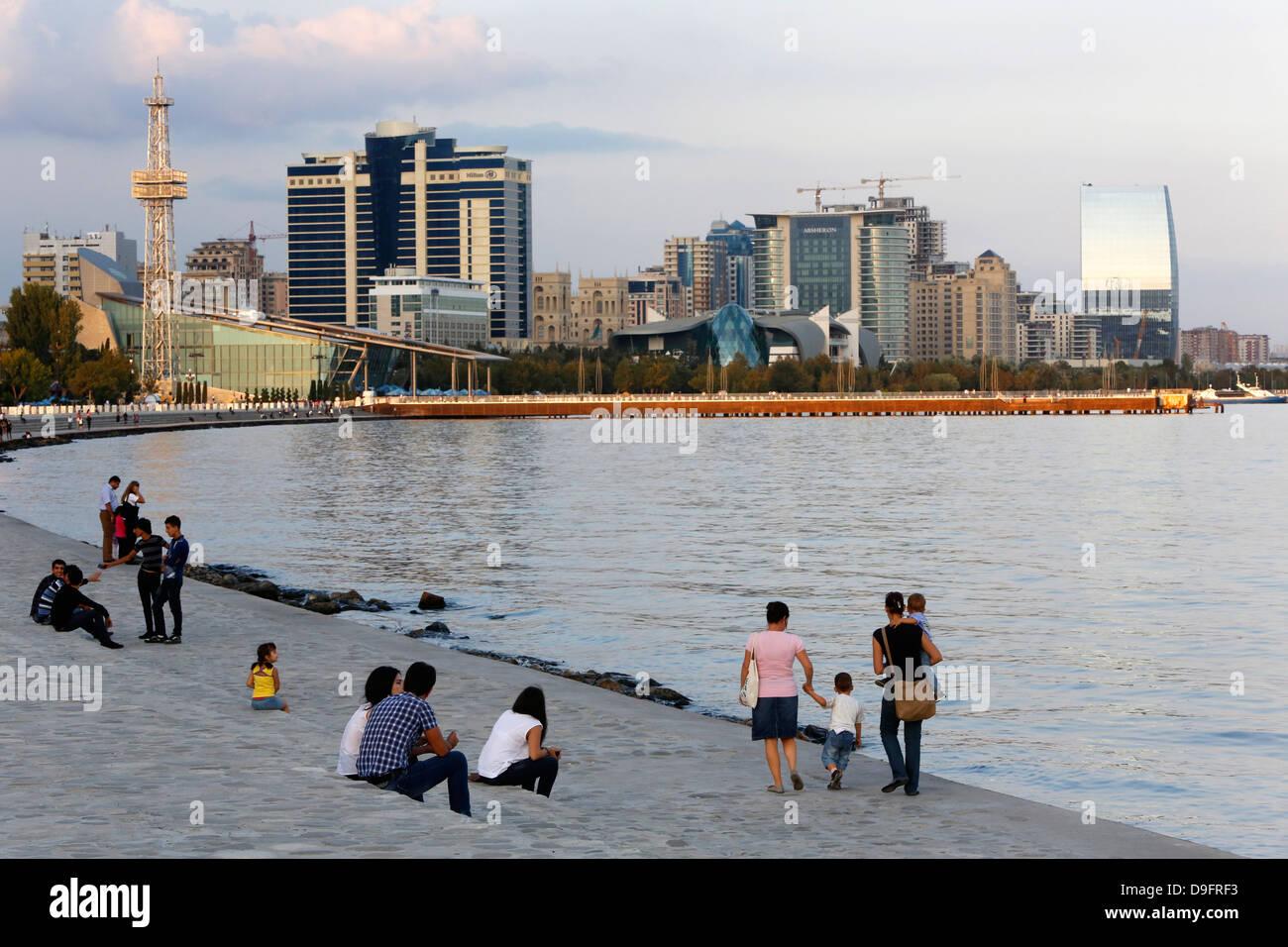 Baku Boulevard, eine Promenade, die parallel zum Kaspischen Meer, Baku, Aserbaidschan, Zentralasien Stockbild
