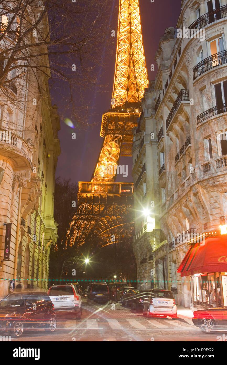 Der Eiffelturm beleuchtet in der Abenddämmerung in Zentral-Paris, Frankreich Stockbild