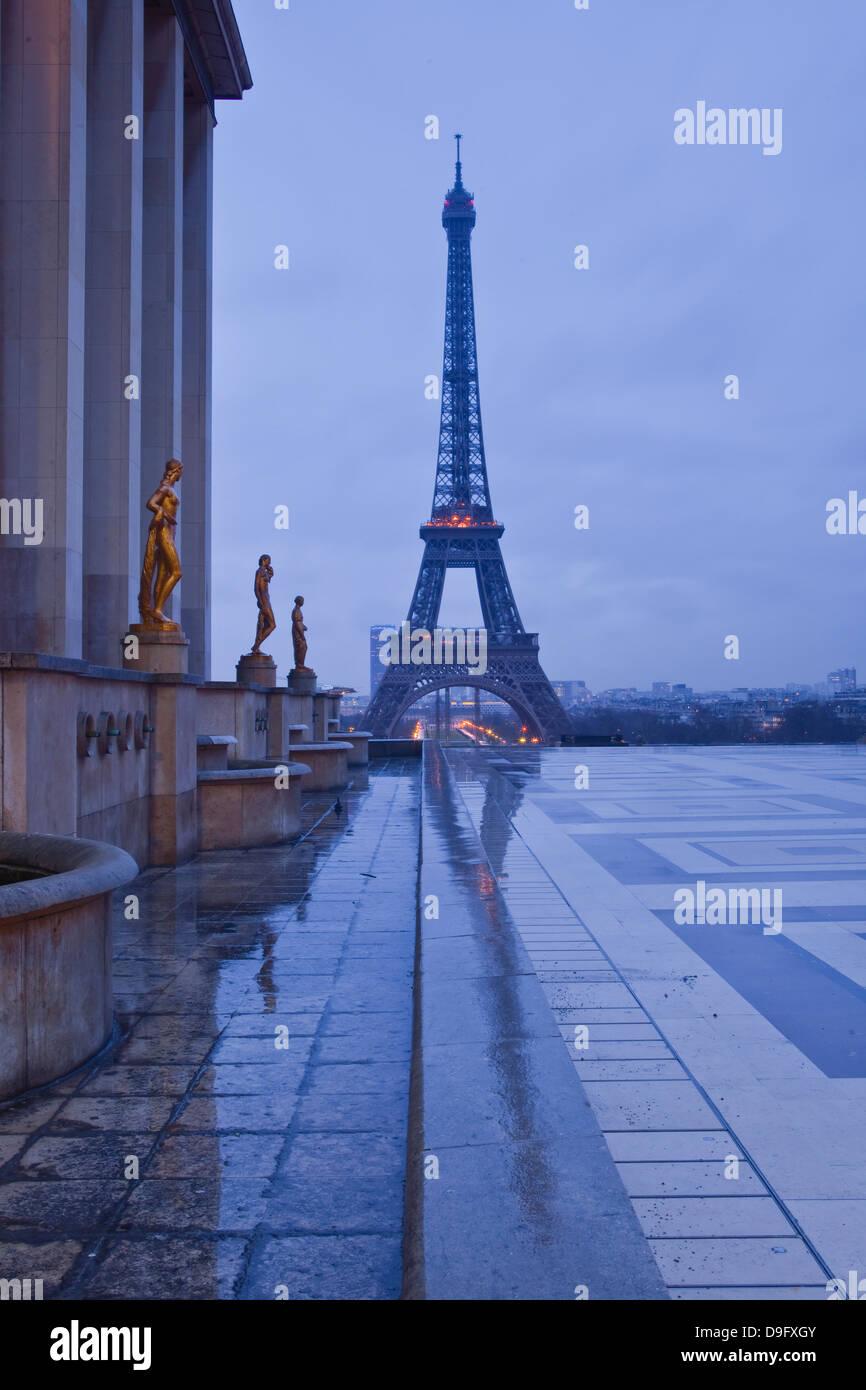 Der Eiffelturm unter Regenwolken, Paris, Frankreich Stockbild