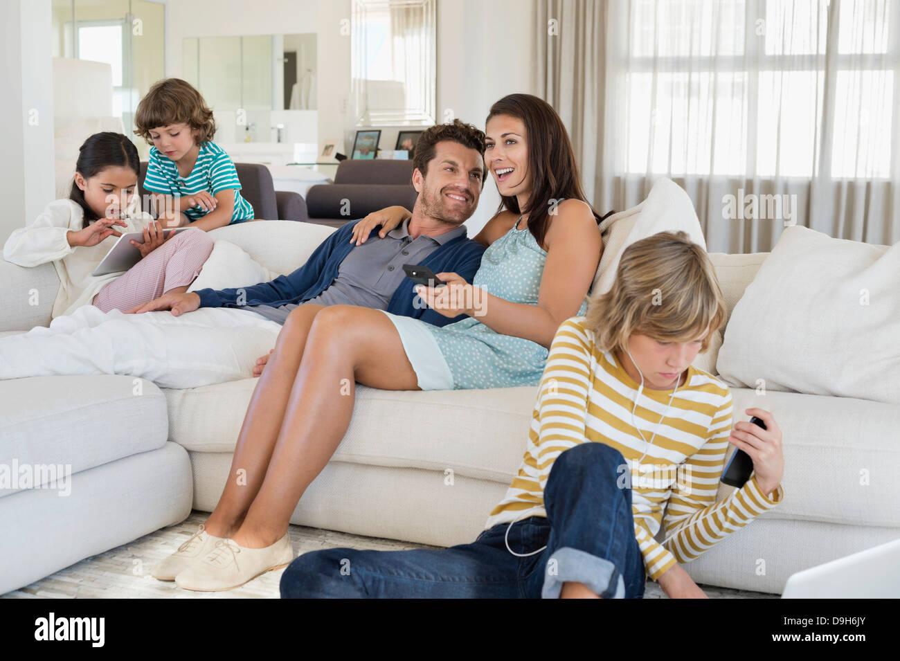 Familie mit Elektronik-gadget Stockbild