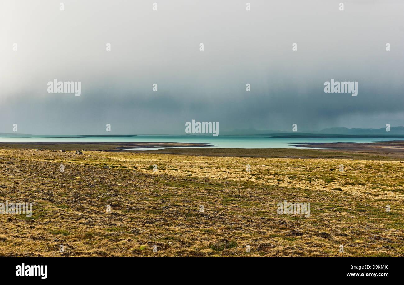 Feld und See in der kargen Landschaft, Straße 35, Blondulon, Island Stockbild