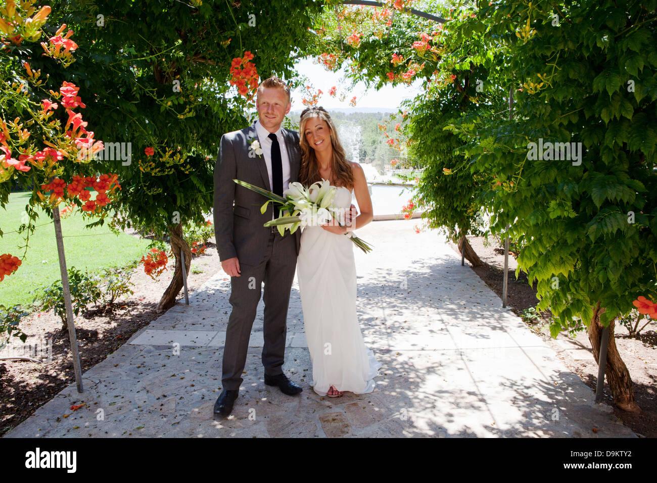 Porträt von Mitte Erwachsenen Braut und Bräutigam am Hochzeitstag Stockbild