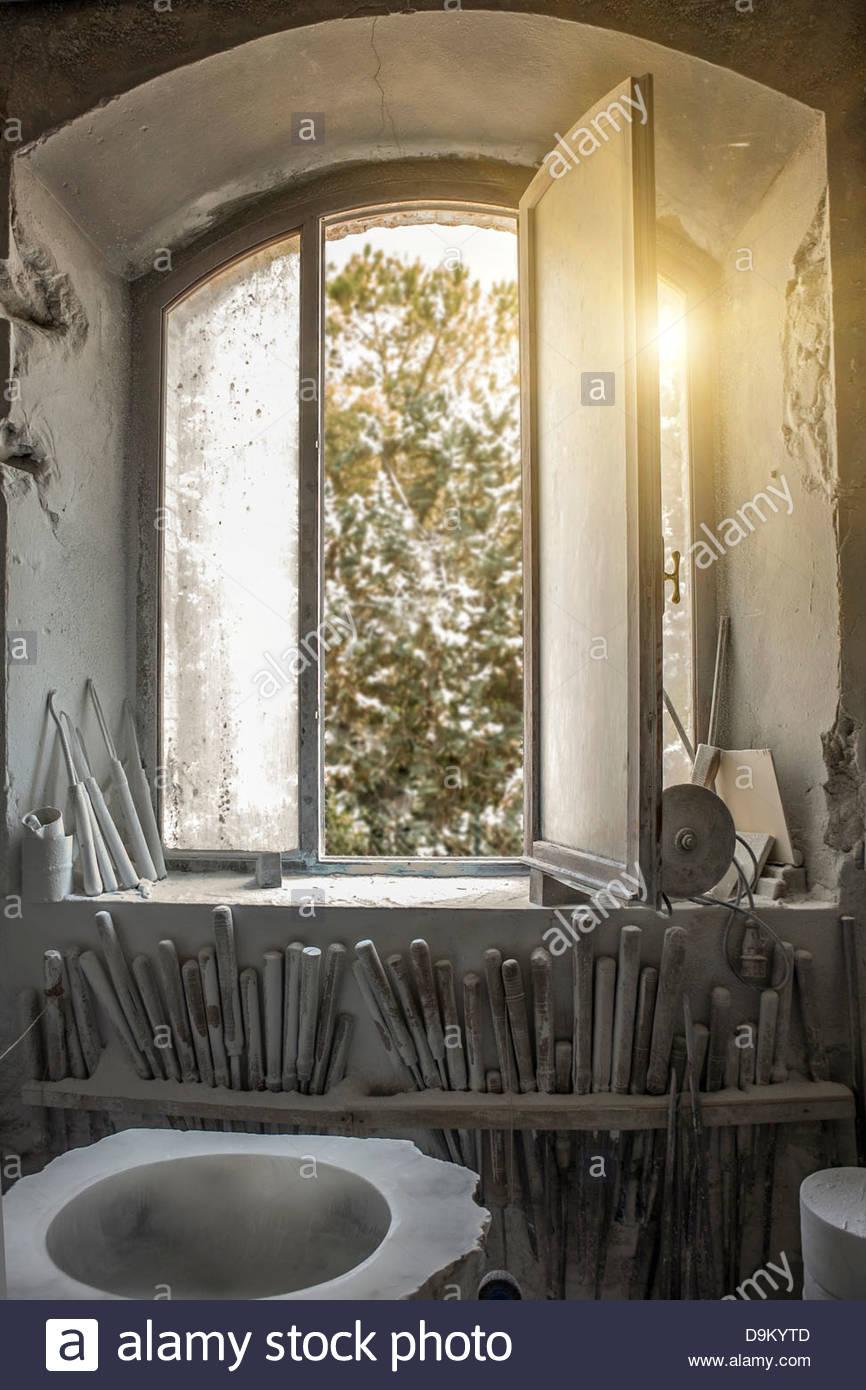 Sonneneinstrahlung durch Fenster in das Atelier des Künstlers Stockbild