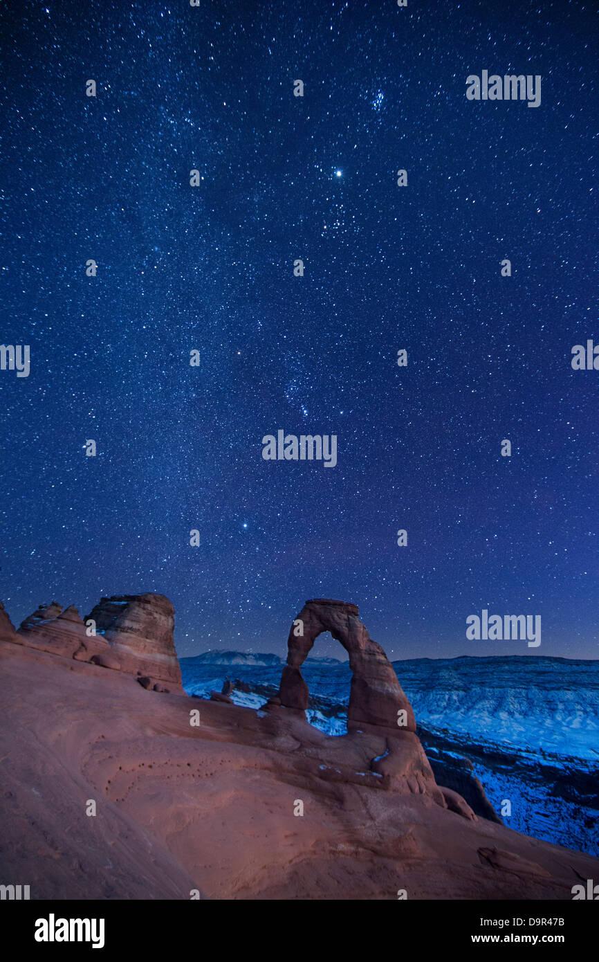 der Nachthimmel über Delicate Arch, Arches-Nationalpark, Utah, USA Stockbild