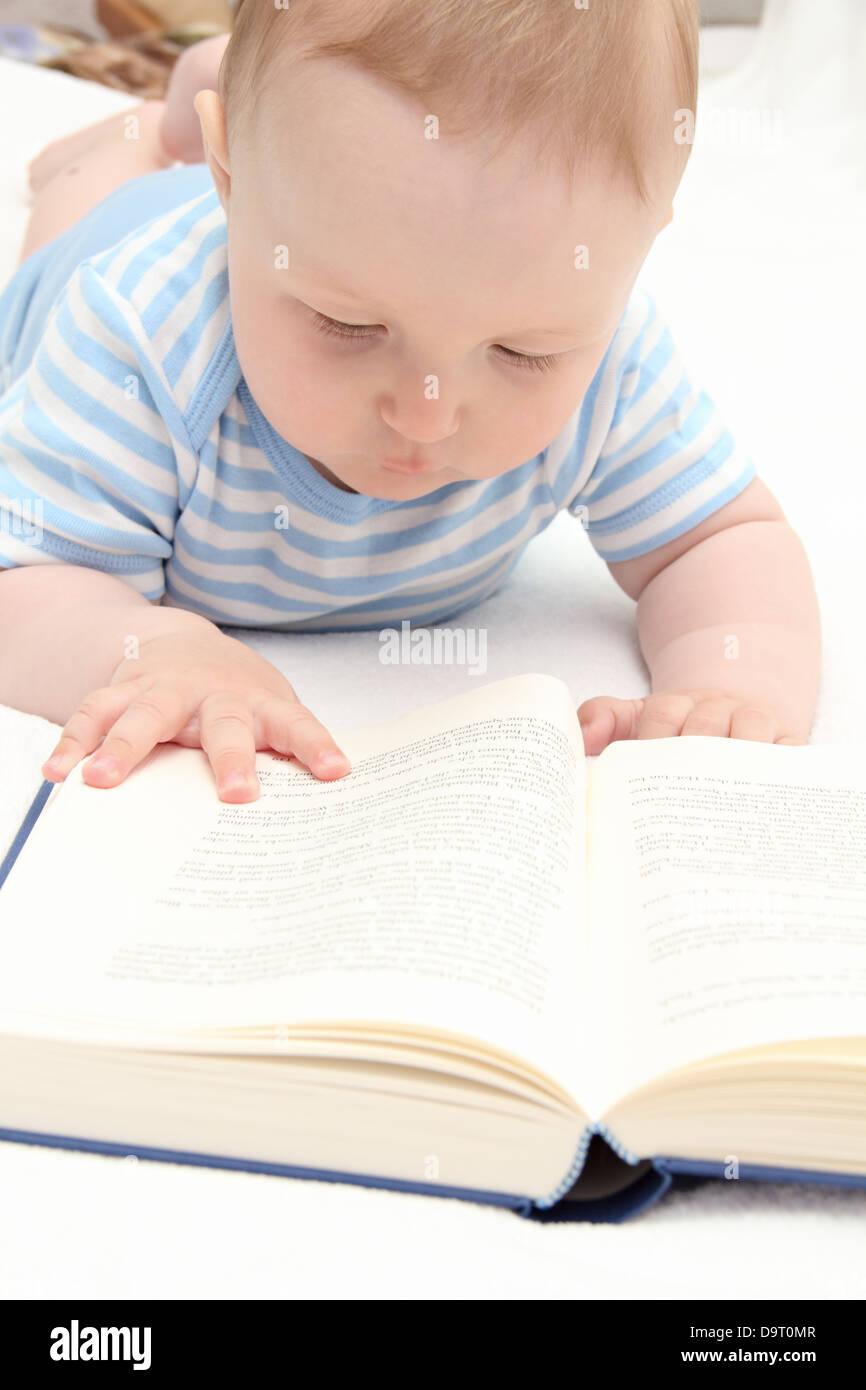 Baby, ein Buch zu lesen Stockbild