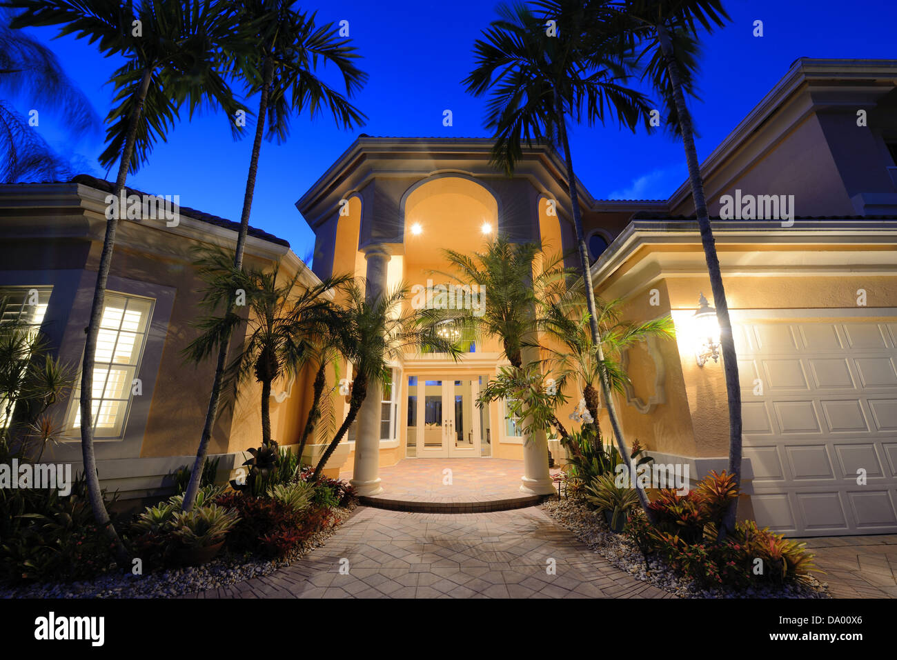 Villa-Eingang an einem tropischen Ort. Stockbild
