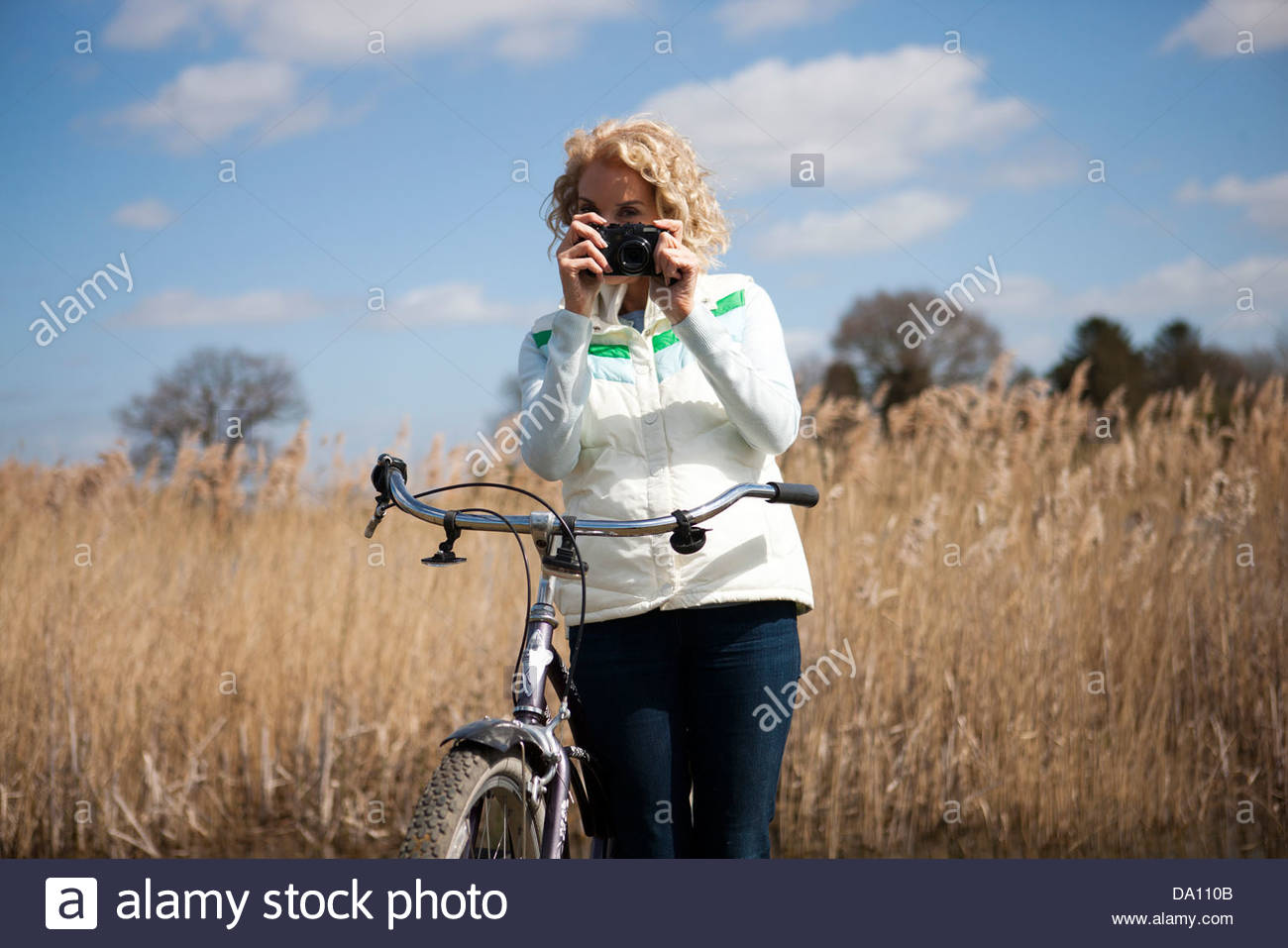 Eine reife Frau fotografieren während Sie Radfahren Stockbild