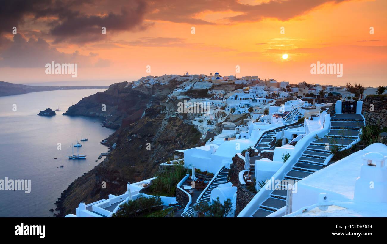 Die Sonneneinstellungen über das schöne Dorf Oia auf der Insel Santorin in Griechenland. Stockbild