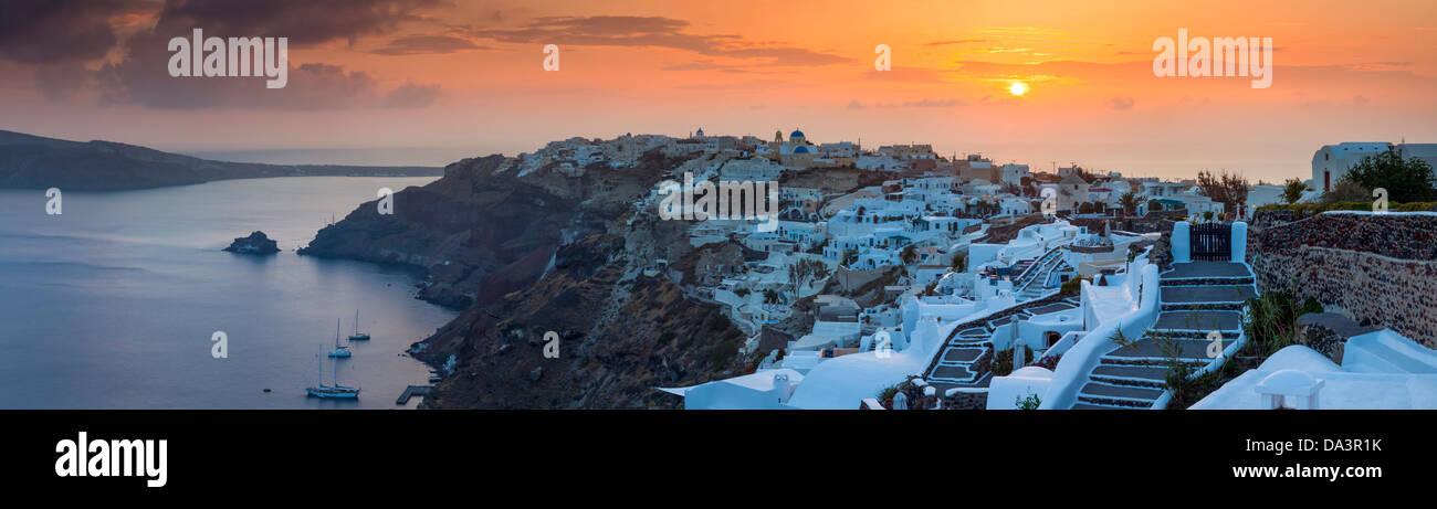 Panorma der Sonneneinstellungen über Oia auf der Insel Santorin in Griechenland. Stockbild