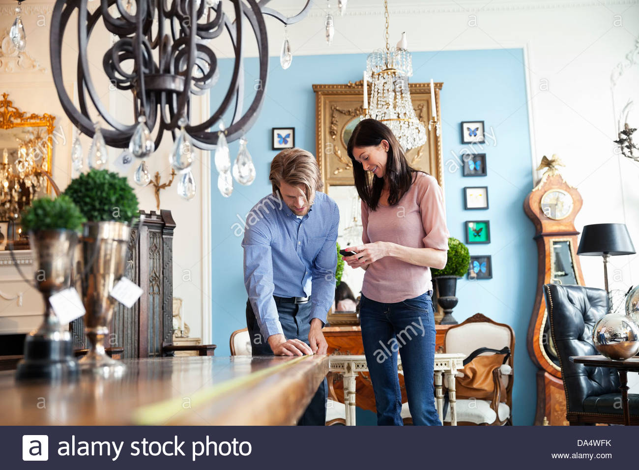 Paar im Möbelhaus einkaufen Stockbild