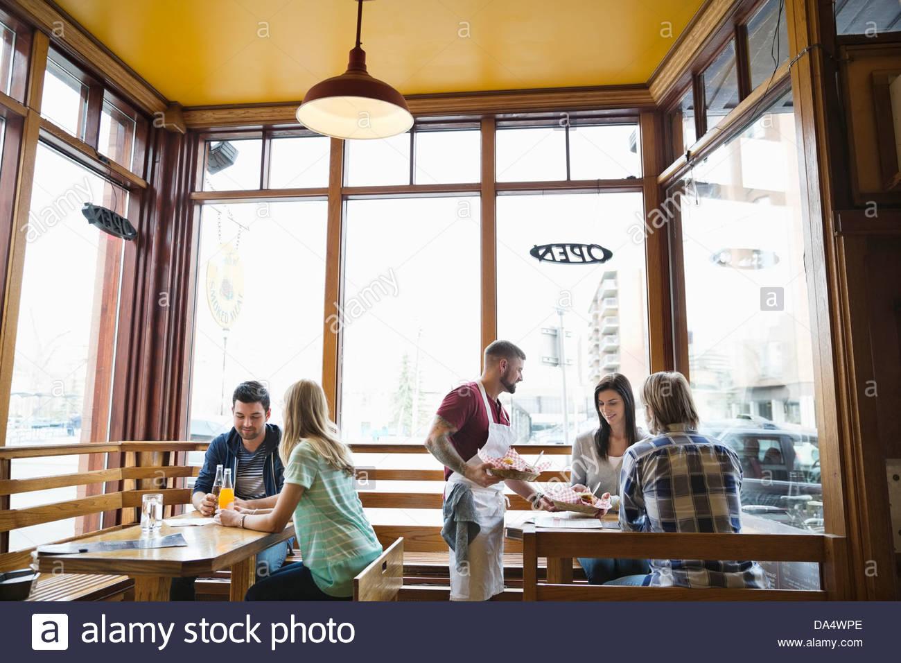 Männliche Deli Besitzer Speisen an Kunden Stockfoto
