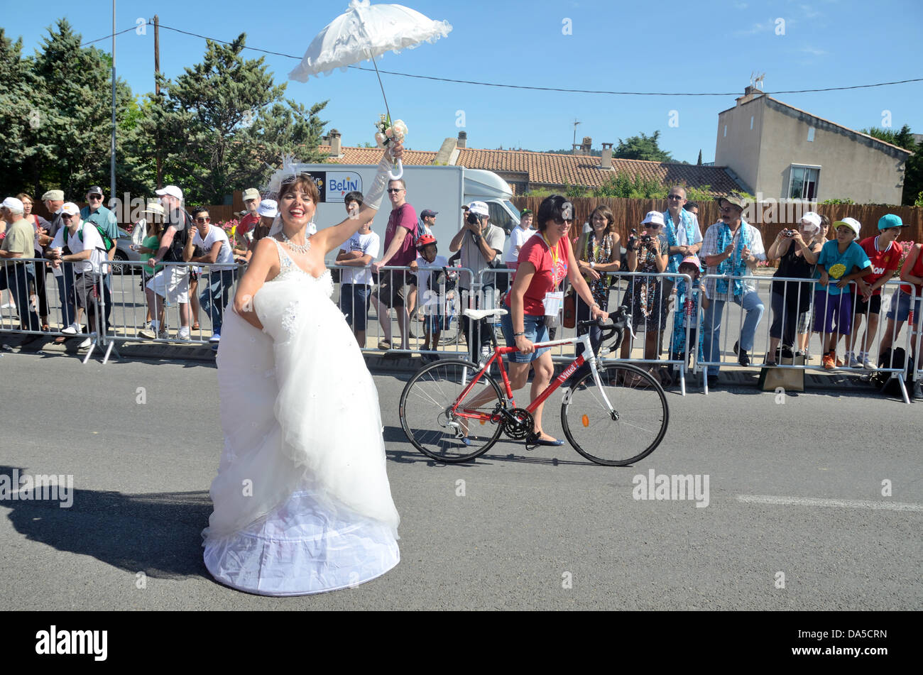 Provence, Frankreich. 4. Juli 2013. Braut in Fancy Dress Parade vor dem Start der Tour de France Bike Race Aix-en Stockbild