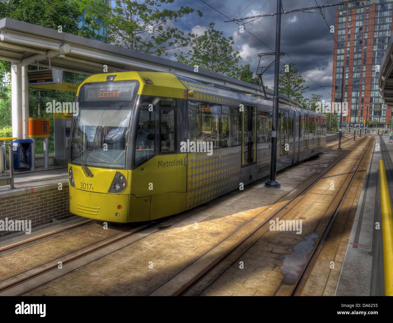 Laden Sie dieses Alamy Stockfoto Gelben Straßenbahn an der Medienstadt Metrolink Station, Salford Quays, Manchester, England UK - DA6255