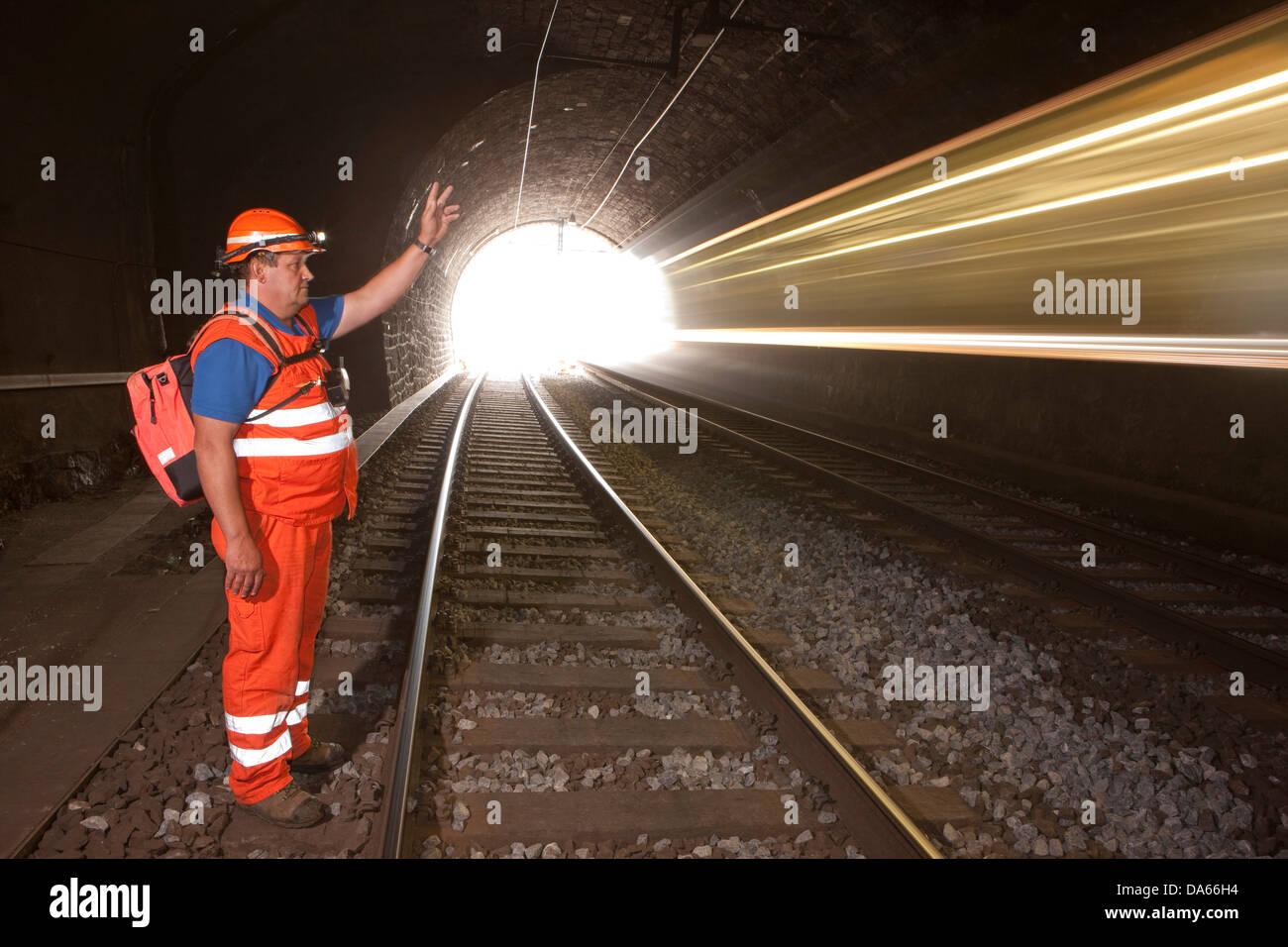 Linienrichter, Tunnel, Straßen, Eisenbahn, Zug, Eisenbahn, Lötschberg, BLS, Schweiz, Europa, Sicherheit, Stockbild