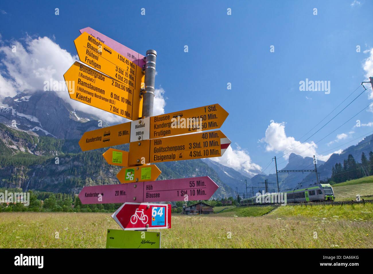 Zug, Kandersteg, BE, Straße, Bahn, Zug, Eisenbahn, Kanton Bern, Wanderweg, Lötschberg, BLS, Schweiz, Europa, Stockbild