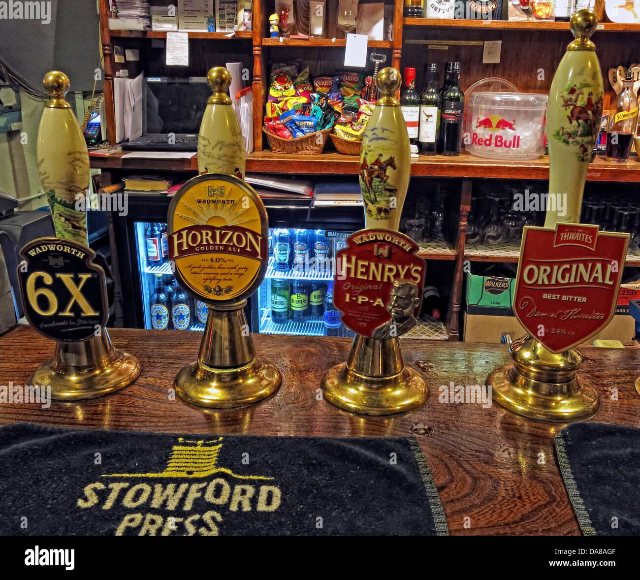 Laden Sie dieses Alamy Stockfoto Traditionellen englischen Ale handgezeichnete Pumpen auf eine Bar in Wiltshire, Südwest-England - DA8AGF