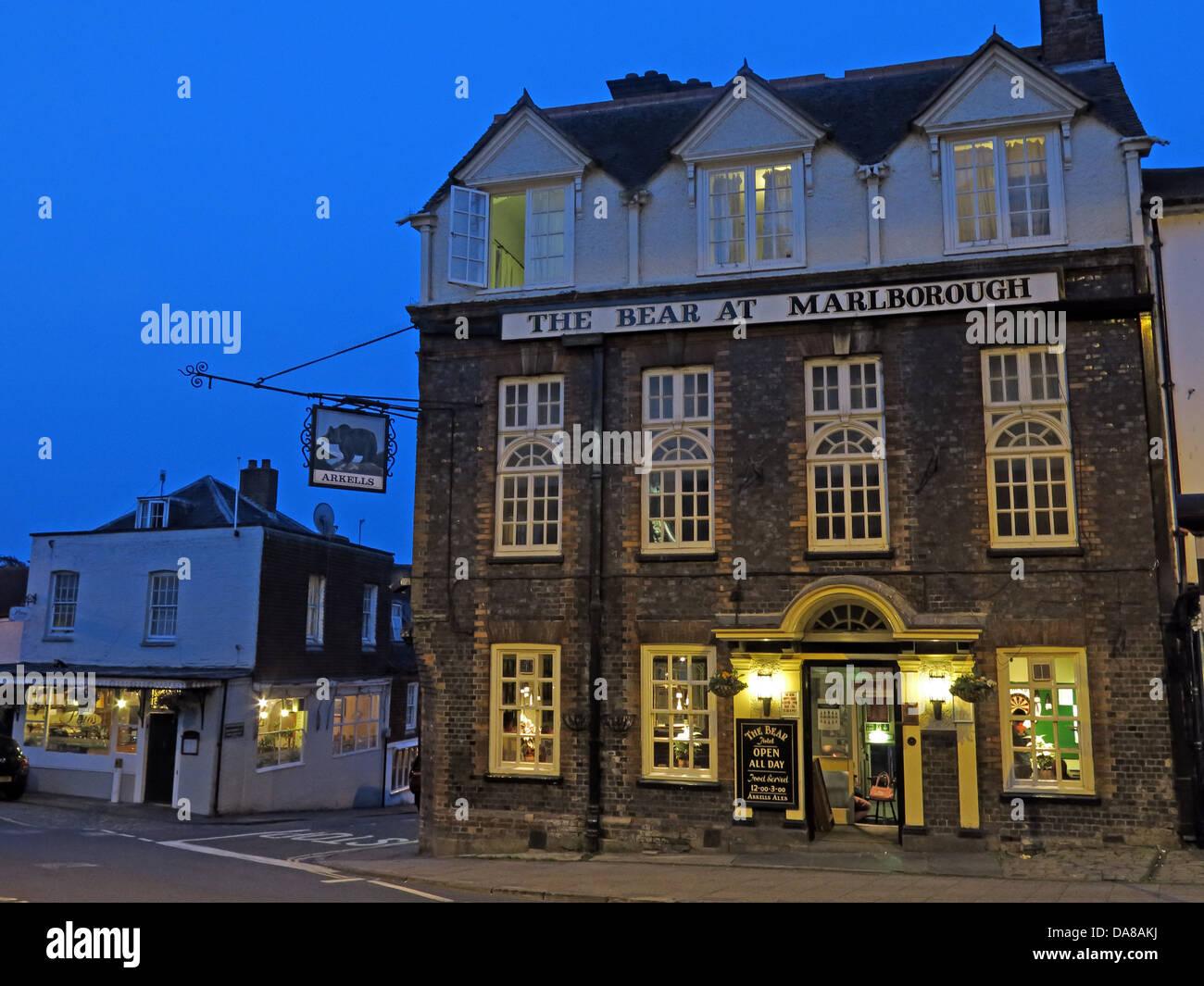 Laden Sie dieses Alamy Stockfoto Der Bär im Marlborough in der Abenddämmerung, Wiltshire, England, UK SN8 1LZ - DA8AKJ