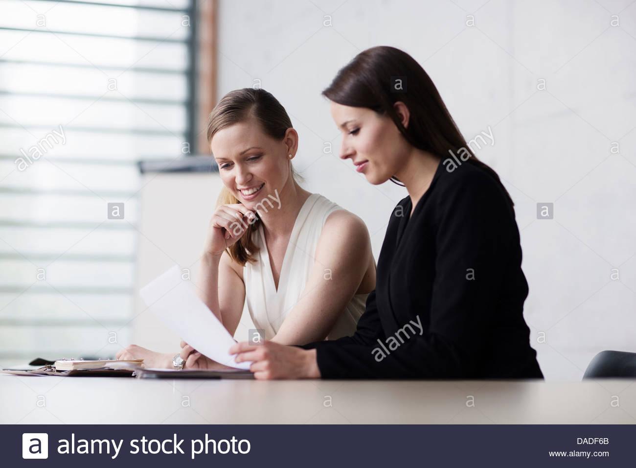 Zwei Frauen treffen Stockbild