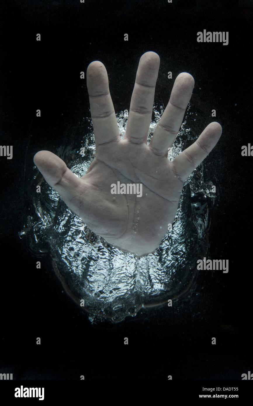 Offene Hand unter Wasser Stockbild