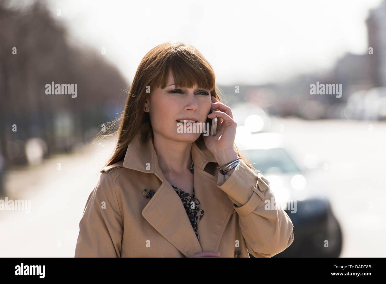 Frau auf dem Handy in Stadtstraße Stockbild