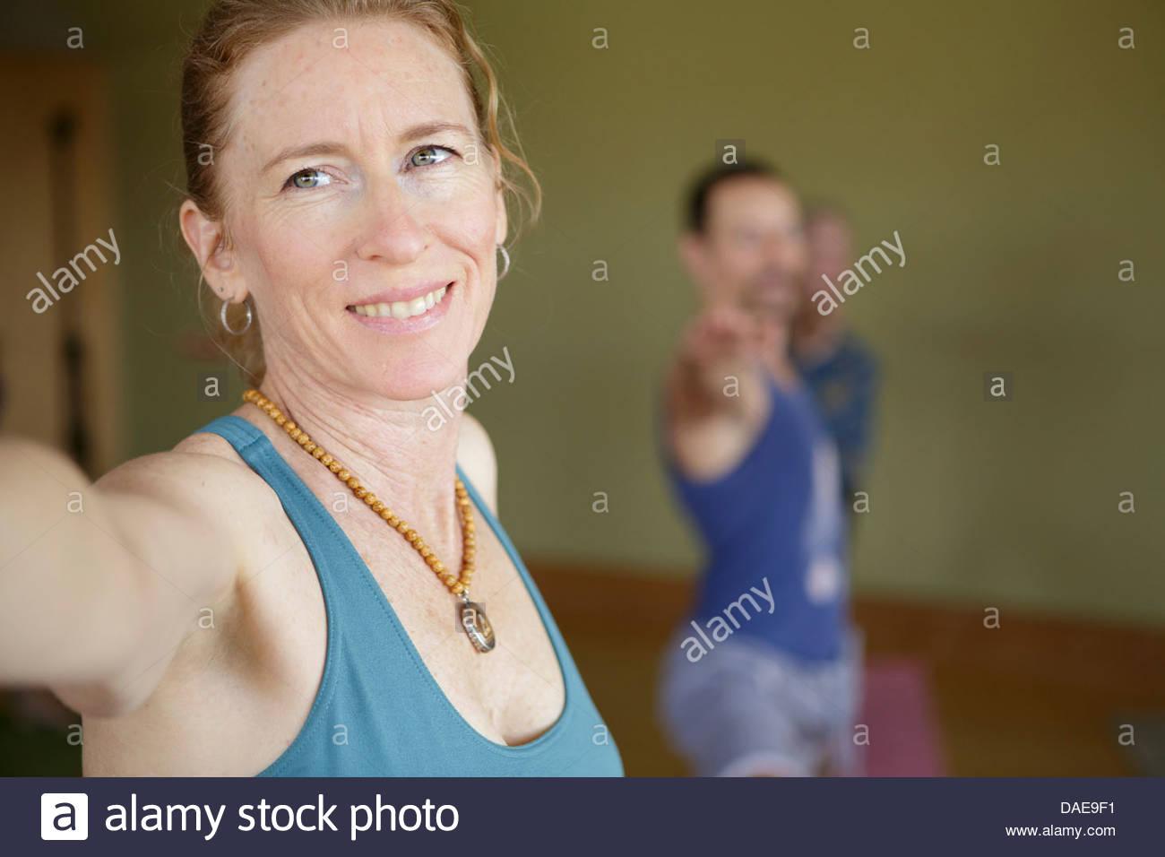 Reife Frauen Yoga zu praktizieren im Innenbereich Stockbild