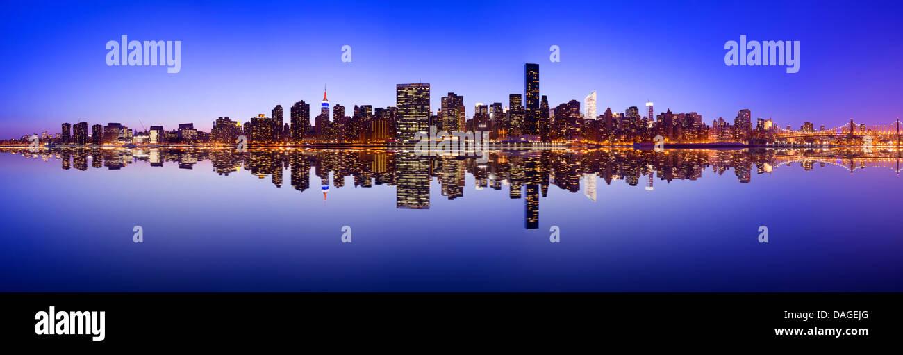 Midtown Manhattan Skyline über den East River in New York City. Stockbild