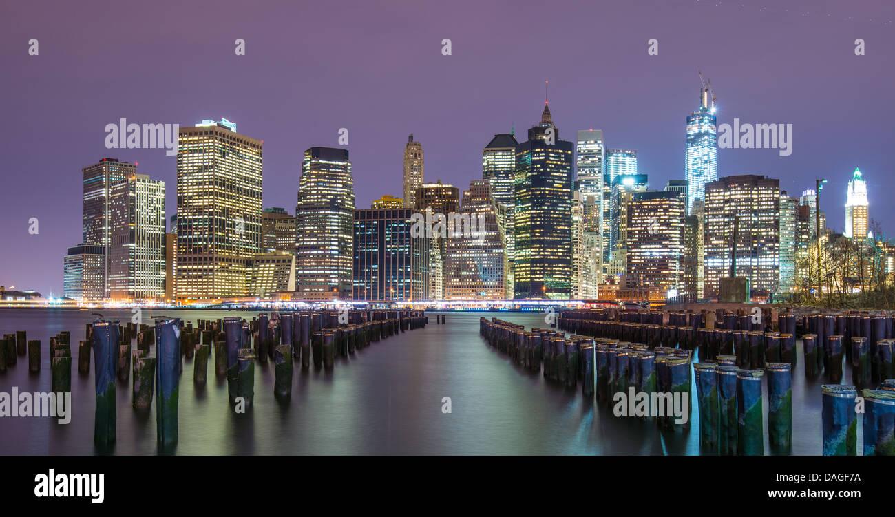 Lower Manhattan Skyline aus über den East River in New York City. Stockbild