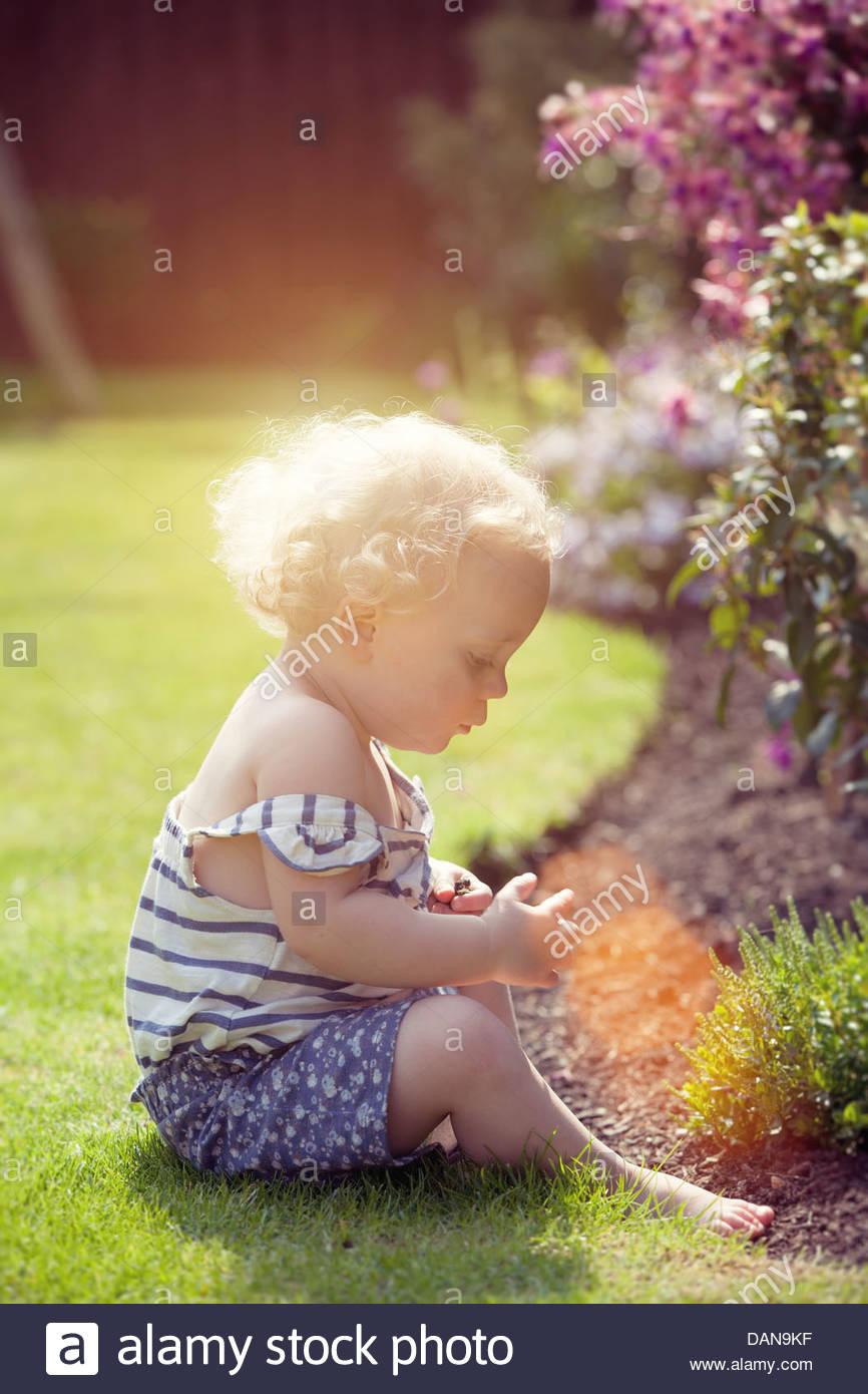 kleines Mädchen im Garten Stockbild