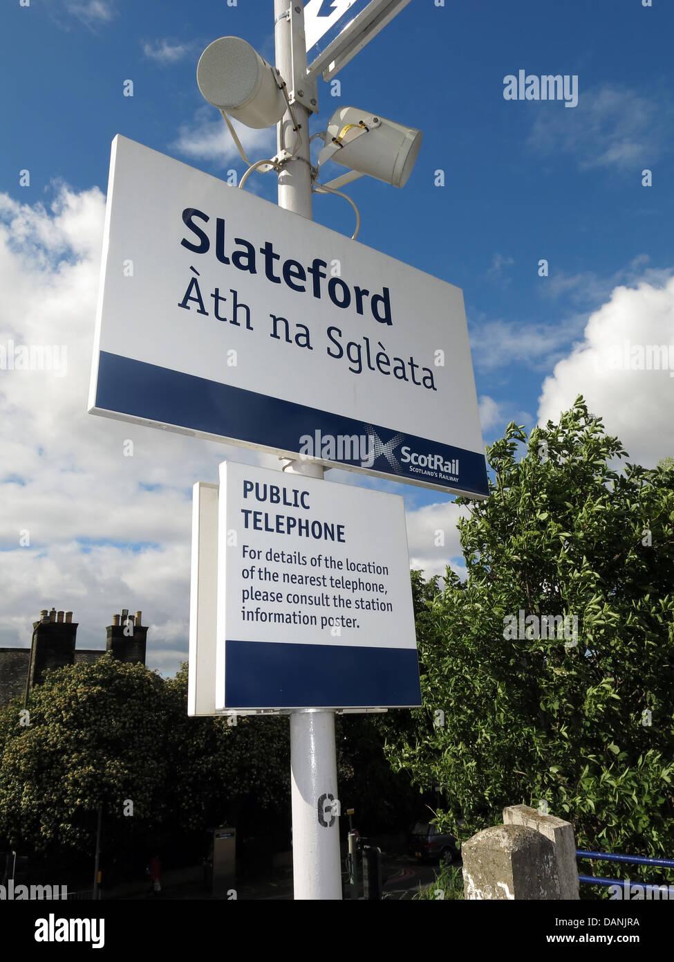 Laden Sie dieses Alamy Stockfoto Mehrsprachige Zeichen in Slateford Bahnhof in Edinburgh Schottland, Vereinigtes Königreich - DANJRA