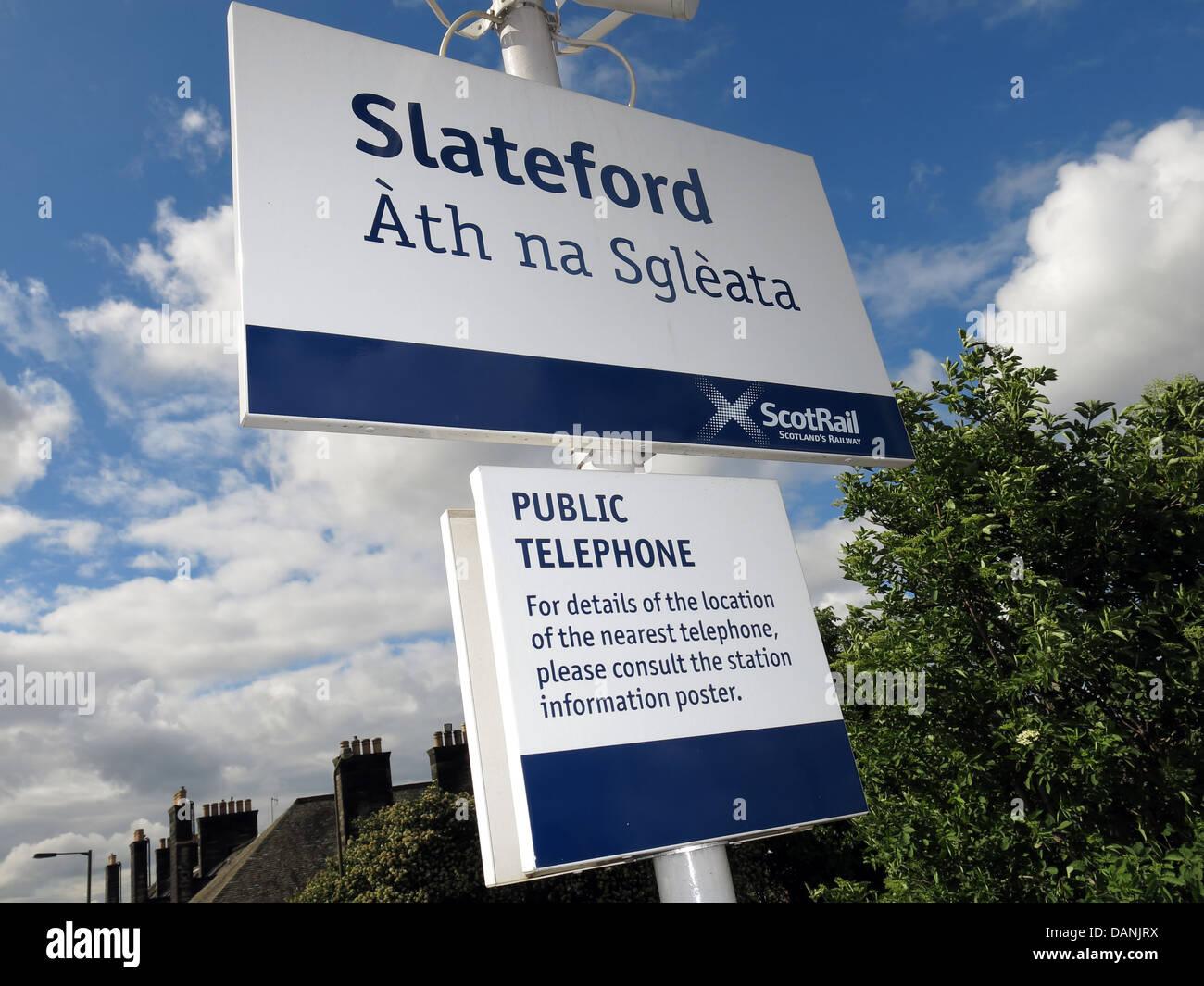 Laden Sie dieses Alamy Stockfoto Mehrsprachige Zeichen in Slateford Bahnhof in Edinburgh Schottland, Vereinigtes Königreich - DANJRX