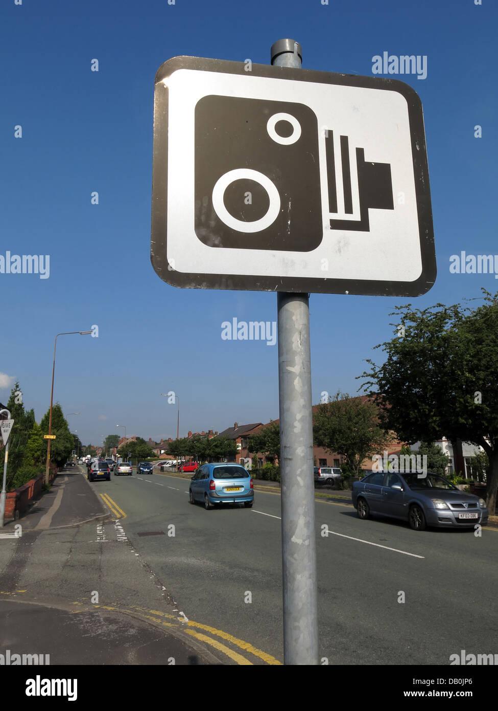 Laden Sie dieses Alamy Stockfoto Britische Blitzer melden Sie vor einen blauen Sommerhimmel, an der Hauptstraße A50 - DB0JP6