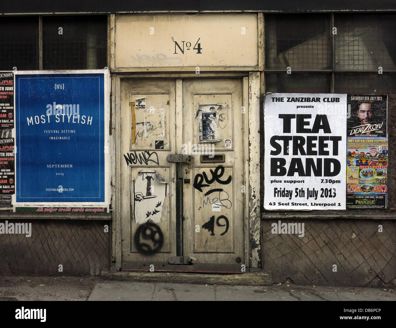 Laden Sie dieses Alamy Stockfoto Nr. 4, alte Tür, verlassenen Gebäude mit Plakaten, Liverpool, Merseyside, North West England, Großbritannien - DB6PCP