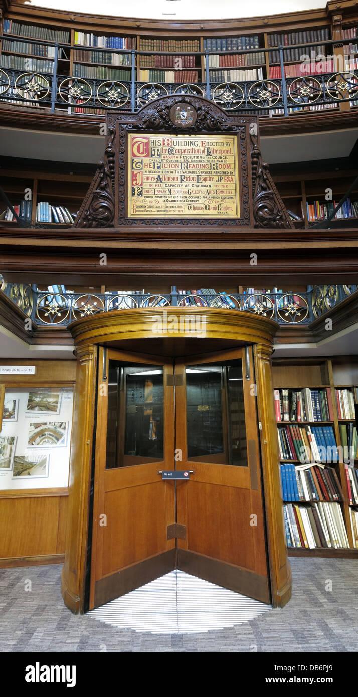 Laden Sie dieses Alamy Stockfoto Liverpool Picton Bibliothek, Drehtür, Merseyside, North West England, Großbritannien - DB6PJ9