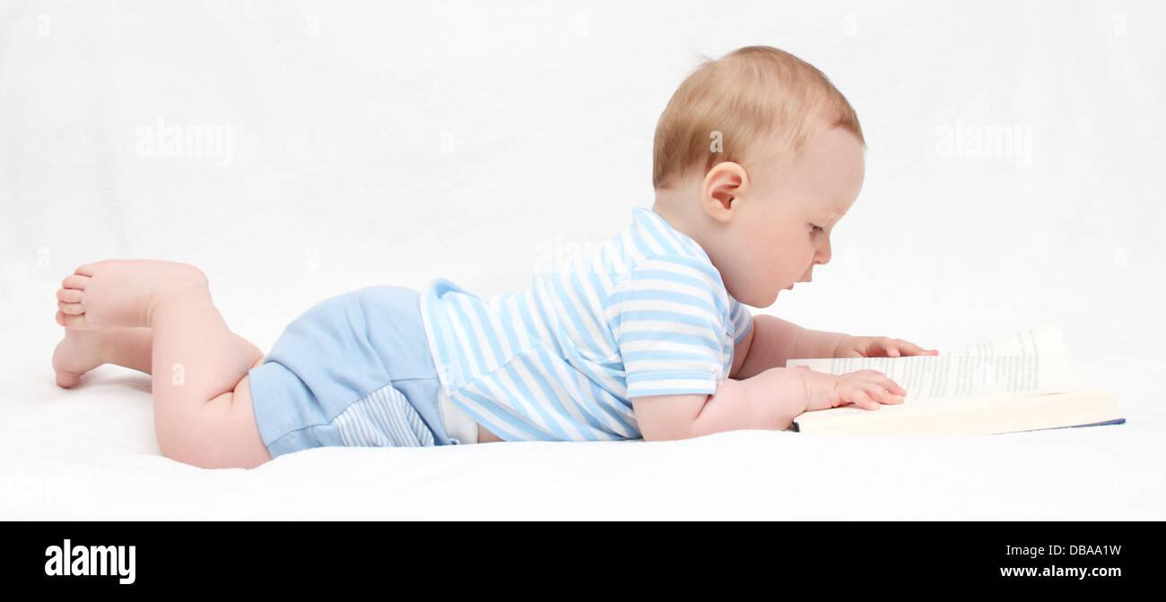 Baby Boy ein Buch lesen Stockbild