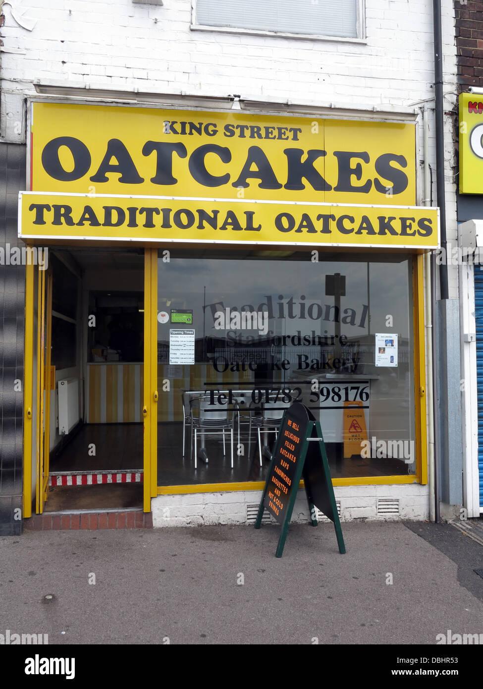 Laden Sie dieses Alamy Stockfoto Außen von einem traditionellen Stoke / Staffordshire Oatcake Shop, mit hellen gelben Fassade. - DBHR53