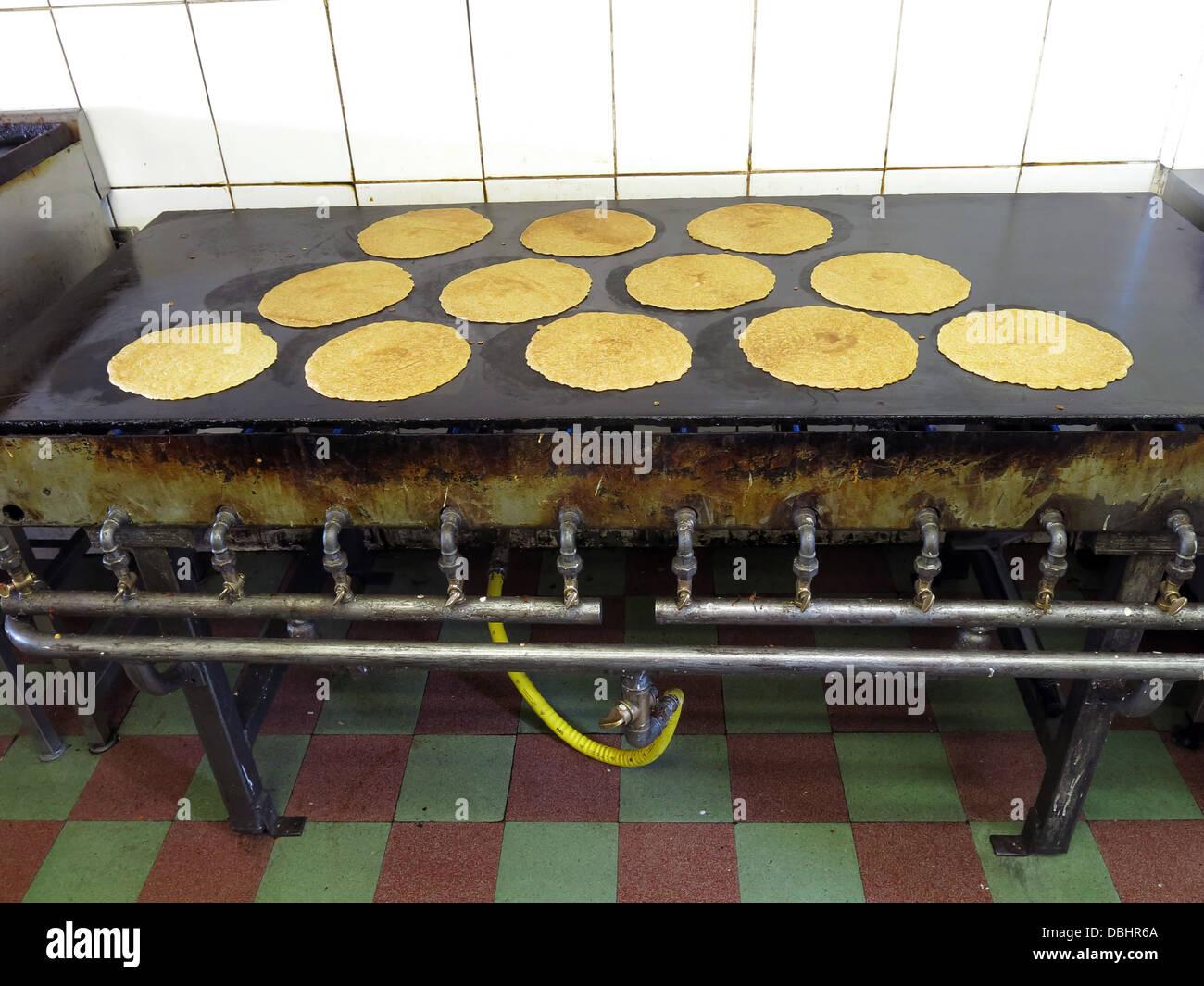Laden Sie dieses Alamy Stockfoto Innenansicht einer traditionellen Stoke / Staffordshire Oatcake Shop, mit hellen gelben Fassade, Kochen auf einem Baxton Eisen Bratpfanne - DBHR6A