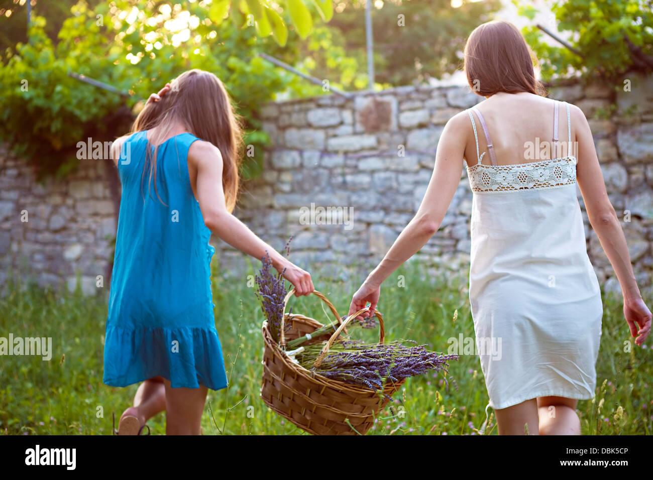 zwei frauen korb mit lavendel blumen kroatien dalmatien europa stockfoto bild 58813686 alamy. Black Bedroom Furniture Sets. Home Design Ideas