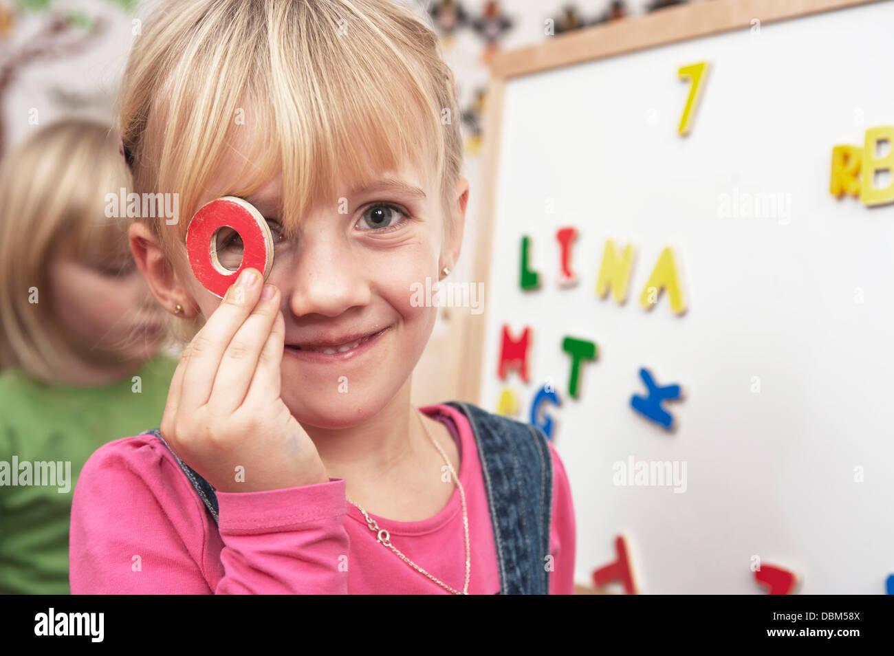 Mädchen, die mit Großbuchstaben beginnen, Portrait, Kottgeisering, Bayern, Deutschland, Europa Stockbild