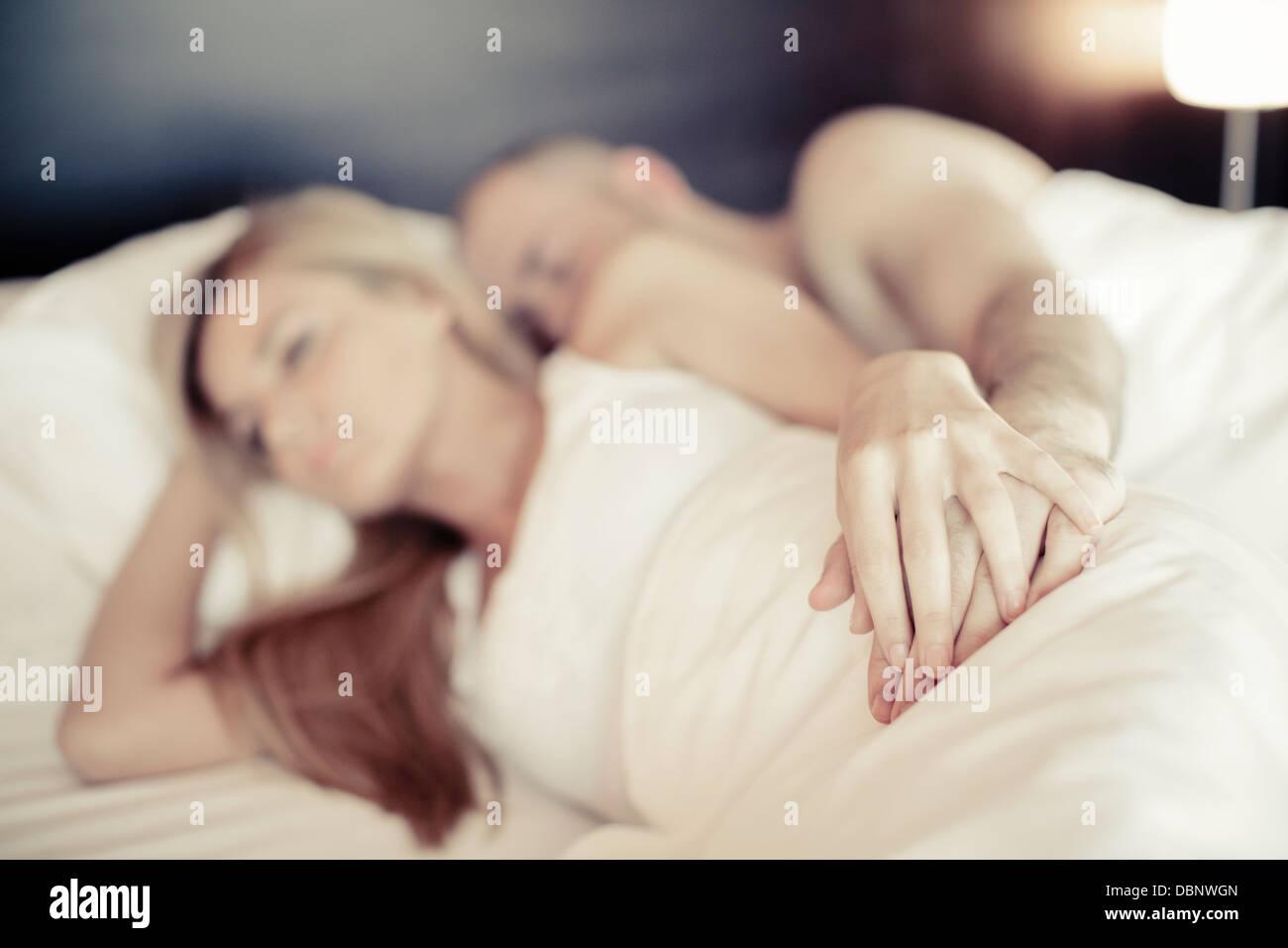 Junges Paar im Bett liegend, Osijek, Kroatien Stockbild