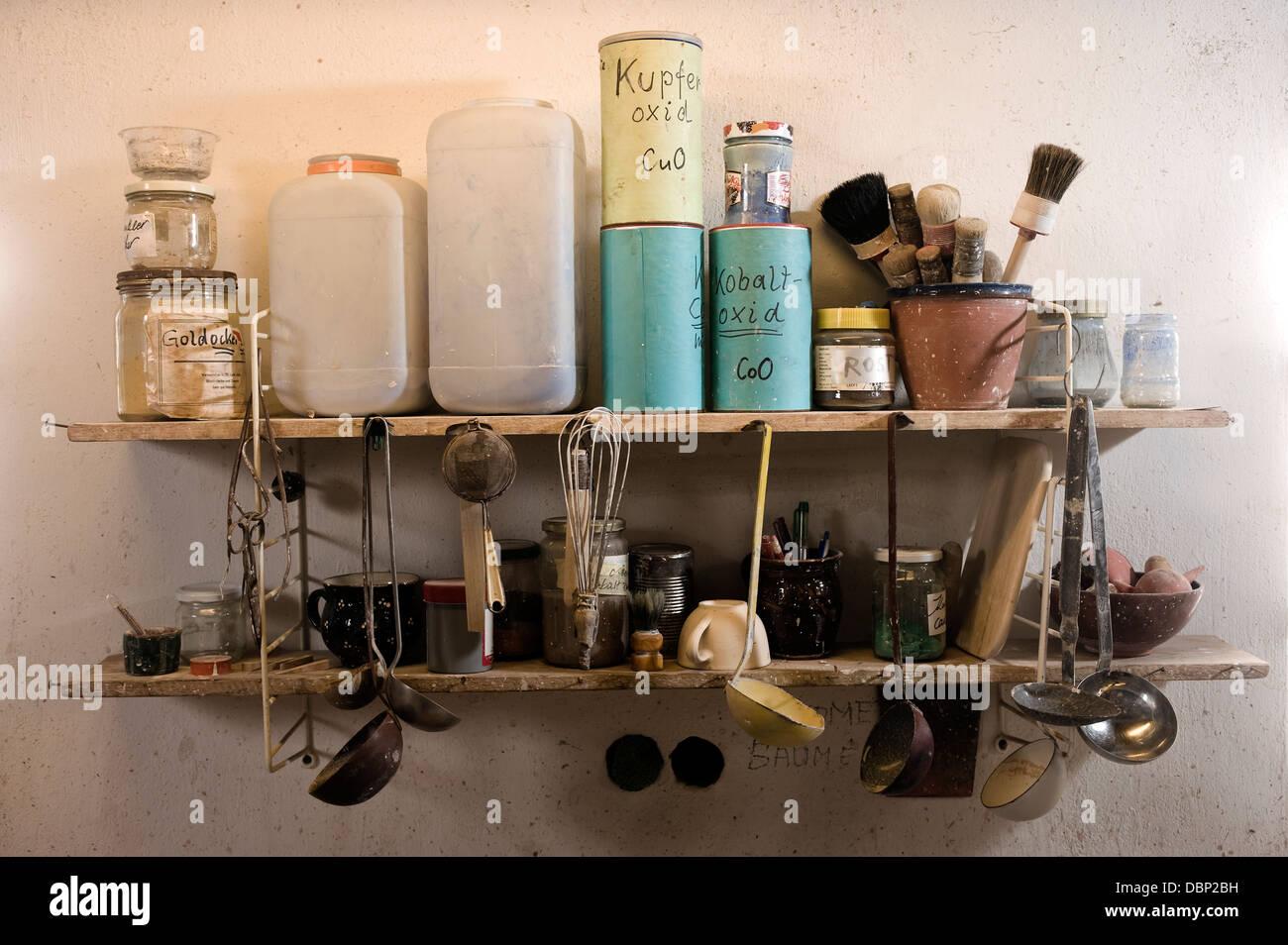 Keramik-Tools auf einem Regal, Bayern, Deutschland, Europa Stockbild