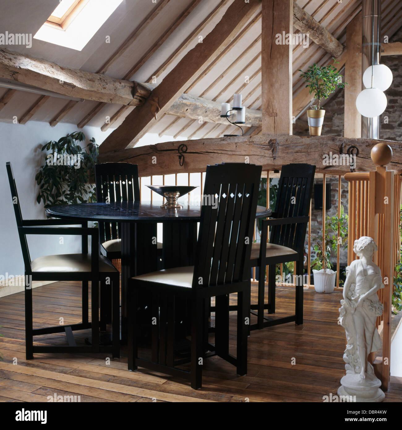 Schwarzer Tisch Und Stühle Im Modernen Essbereich In Umgebauten Scheune Mit  Rustikalen Holzbalken