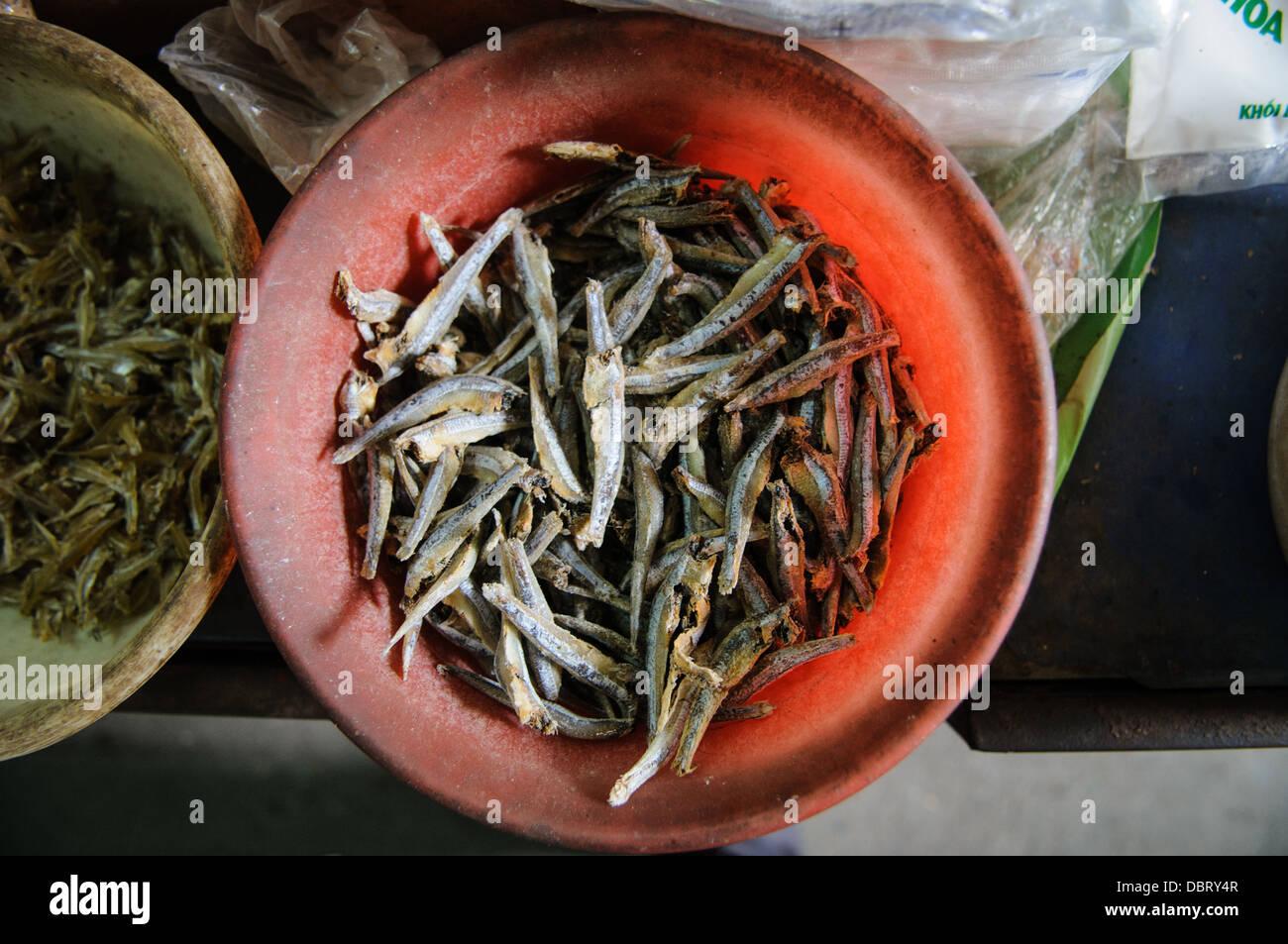 Getrockneter Fisch zum Verkauf an ein Morgenmarkt in Hanoi, Vietnam. Stockbild