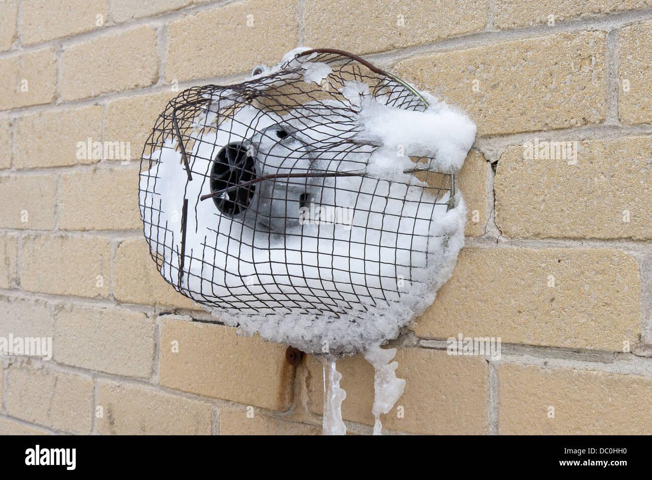 gas zentralheizung schornstein mit schnee in einem britischen winter verursacht die. Black Bedroom Furniture Sets. Home Design Ideas
