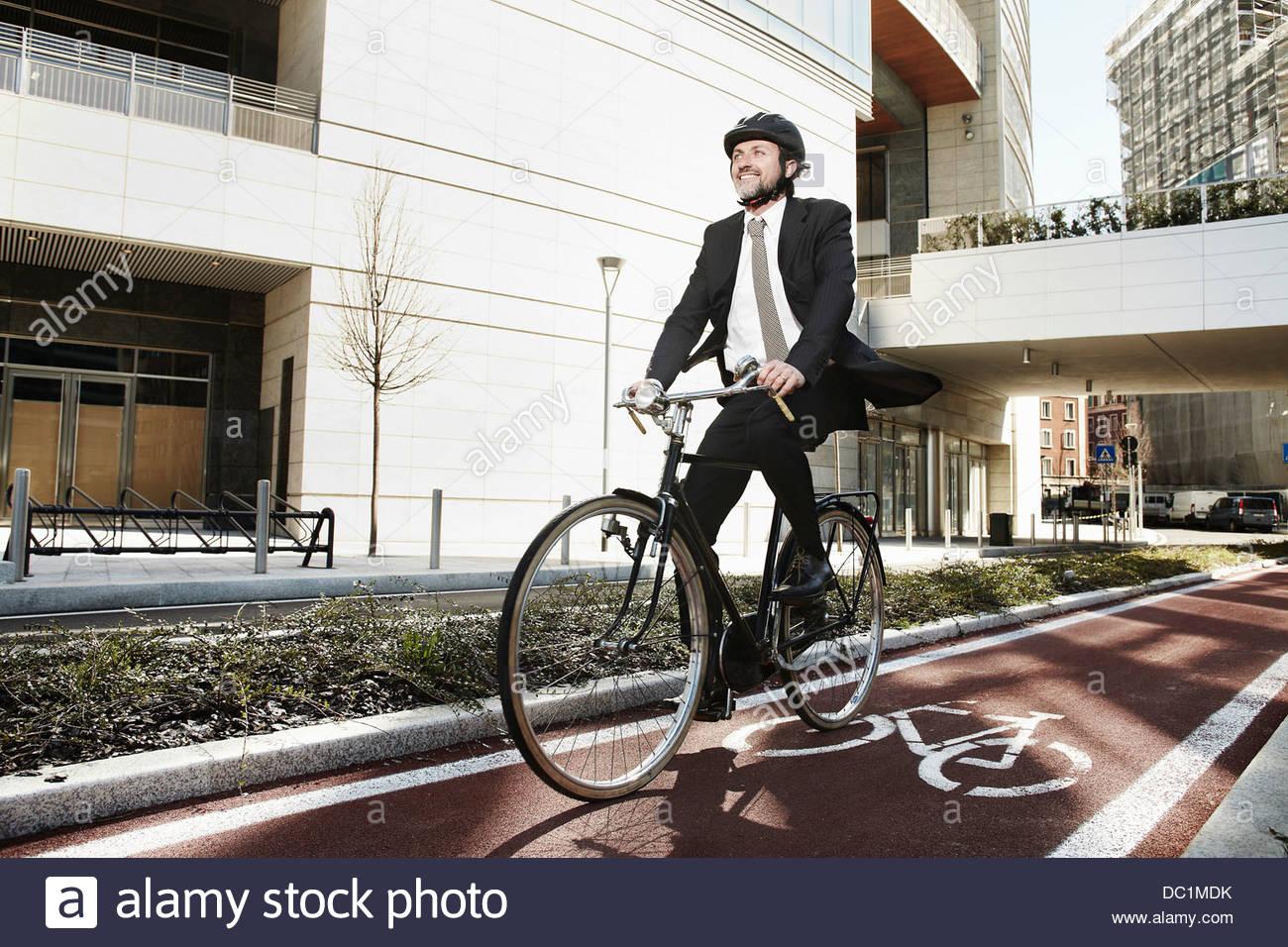 Mitte adult Geschäftsmann Reiten Fahrrad am Radweg Stockbild