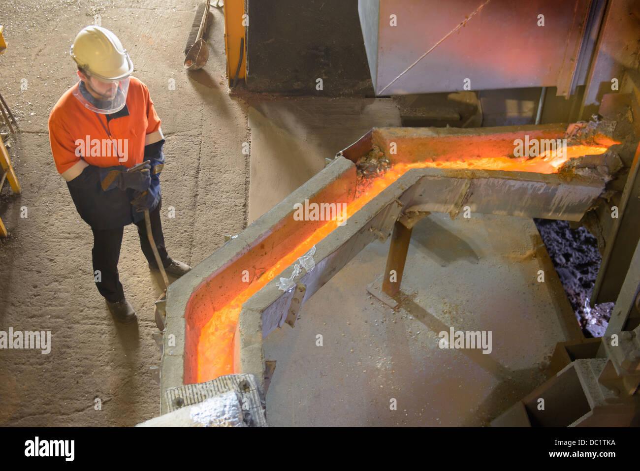 Arbeiter, die Überwachung von geschmolzenen Metalls in Aluminium-recycling-Anlage Stockbild