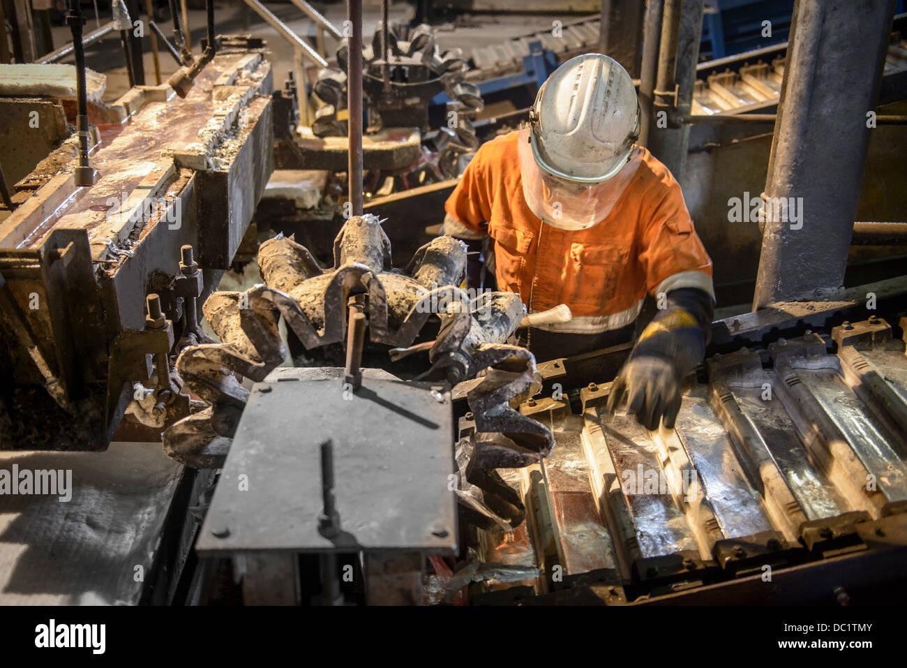 Worker testen Metallbarren auf Aluminium-recycling-Anlage Stockbild