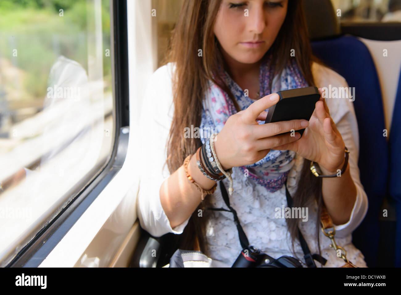 Junge weibliche Touristen auf Reisen auf Nahverkehrszug, Katalonien, Spanien Stockbild