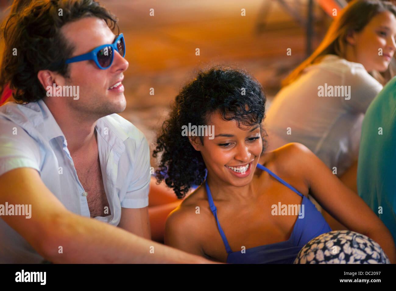 Junges Paar bei indoor Beachparty Stockbild