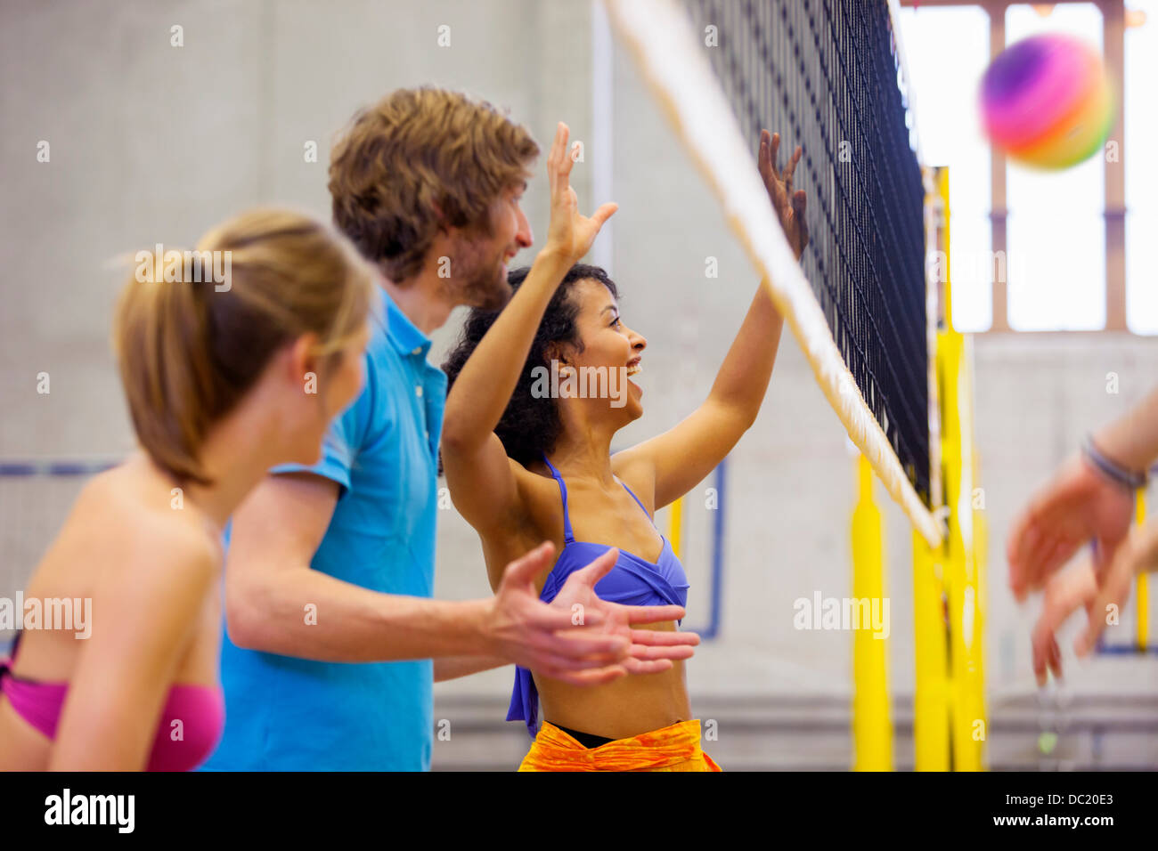 Freunde genießen indoor Beach-volleyball Stockbild