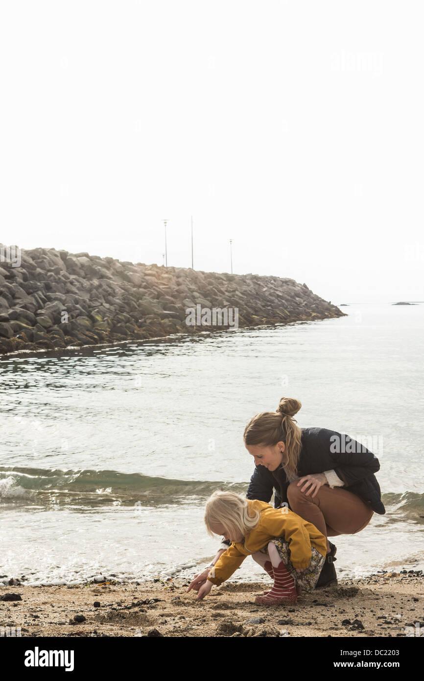 Mutter und Kleinkind Küste erkunden Stockbild